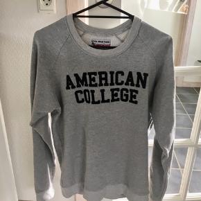 Grå sweater fra American College☺️  Kan afhentes i Århus eller Vejle, eller sendes med DAO:)
