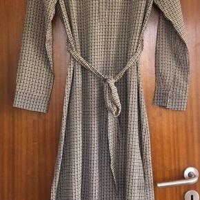 Små-ternet kjole med bælte fra Pulz, str M, kun brugt én gang.