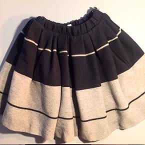 Den fineste nederdel, med masser af strut i.  Sælger denne nederdel da jeg er ikke kan passe den mere, den var en str.38 men har fået den lagt ind i elastikken så den passer en lille 36