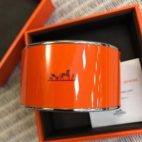 Brand: HermesVaretype: LÆKKET Enamel Printed Caleche Wide Bracelet 62 Orange Armbånd Størrelse: Ø 65mm B: 38mm Farve: Orange Oprindelig købspris: 4650 kr.  HERMES Enamel Printed Extra Wide Caleche Bracelet 62 Orange  Ø 65mm B: 38mm  NIB (New in Box)  100% original    BYTTER IKKE! PRISEN ER FAST!