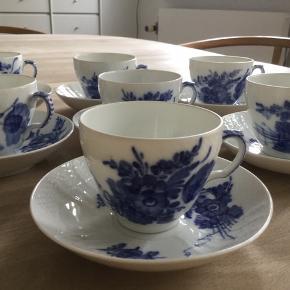 6 kaffekopper med underkopper i Blå blomst svejfet. De måler 7,5 cm i diameter og alle dele er 1. Sort i fin og hel stand.