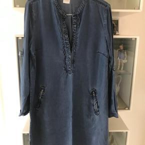 """Varetype: Tunika Farve: Blå Oprindelig købspris: 800 kr.  Tunikaen er næsten som ny  der er et par prikker som lidt tråd udtræk men den er """"født """" med det og ikke noget Man ser når den er på"""