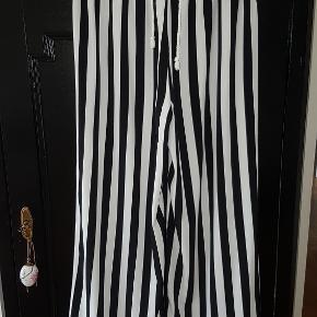 """Lækre stribede """"paperbag"""" bukser med snøre i livet.  Bukserne falder flot og har en super pasform, dertil er de også rimelig højtaljede og har rigeligt længde på benene (jeg - på billedet - er 175cm høj).  Kun brugt få gange i korte perioder."""