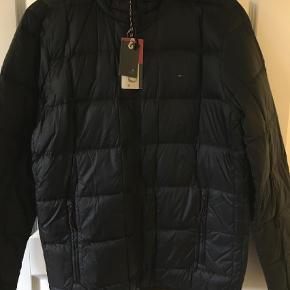 Varetype: DunjakkeFarve: Sort Oprindelig købspris: 1500 kr.  Super fed jakke fra Hilfiger i modellen Dolan Down :) Ved TS handel kommer gebyrer oveni :)