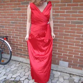 96176e306e0 Varetype: festkjole Farve: rød Smuk, smuk festkjole i den helt rigtige røde  farve