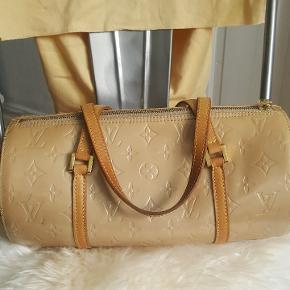 Smuk Louis Vuitton taske. Velholdt, og med fin patina. Minimal krakelering i kanter. Købt på Trendsales for et par år siden og kun brugt  ved festlige lejligheder 😊 Kvittering haves ikke. Læg gerne et fair bud! Flere billeder kan sendes.