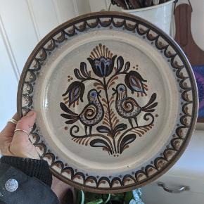 Fin keramik tallerken, der også kan hænges på væggen.   💚 Afhentes på Vesterbro