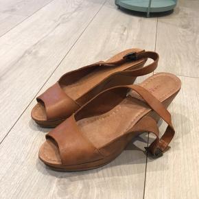 Fine sko i brunt læder. Få brugsspor i indersåle. Ellers god stand. Brugt ca 5 gange.