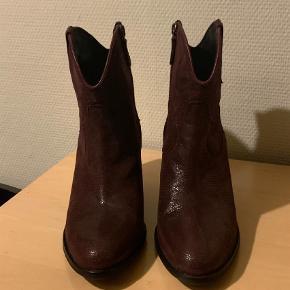 Varetype: Cowboystøvler Farve: Bordeaux  Superlækre westerninspirerede støvler fra Billi Bi i str. 40.  De er brugt 1 gang og fremstår derfor i perfekt stand uden slid eller skader. Hælen måler 7 cm og de er med gummisål. Nyprisen var 1.599,-. Er ikke intr. i at bytte. Køber betaler porto samt tsgebyr.