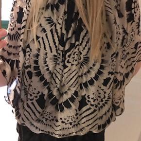 Lækker silkebluse med flagermus-ærmer fra Paul & Joe- mærket har jeg klippet af, fordi det generede:)