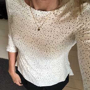 Smuk bluse med kvart ærmer fra Proudmade. Str XS. Creme med store pletter.