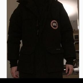 Canada goose, expedition. Kjøpt på Bogart i Norge for noen år siden. Pent brukt, ikke ryger. Kan trenge en tur på renseriet. Ekstrem varm og god jakke. Jeg er selv 185cm høy, til tross for størrelsen, og den passer perfekt. Originalpris 8000 nok. Selges for 3000 dk.