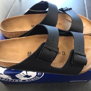 NYE ARIZONA SANDALER  Flotte sorte sandaler og det er en normal/bred model.  Måler 30 cm og der skal kun være max 0,5 vm i luft mellem tæerne og hælen. Mål din fødder efter da de er store i str.  Fast pris 450,- pp