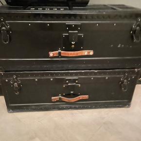 2 stk gamle militær kufferter i sort og grøn malet inden i.  72 cm i bredden, 38 cm i dybden og 27 cm i højden. Købt i Fil de fer i St. Kongensgade. De har div brugsspor og den ene har en snert af lugt af indelukket. Sælges derfor til en god pris for begge 1000,-kr