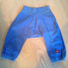 Varetype: bukserStørrelse: 4år Farve: Blå Oprindelig købspris: 400 kr.  Søde bukser med elastik i liningen. Bukserne er vasket én gang, men aldrig brugt! :)