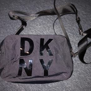 Sælger min fede dkny taske, da jeg desværre ikk får den brugt.. den er købt i magasin Aalborg..