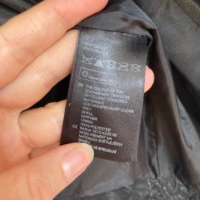Lækker læderjakke fra H&M. Med seje detaljer. Lidt cropped fit
