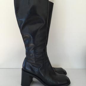 Så lækre støvler, sorte, i meget fin stand.