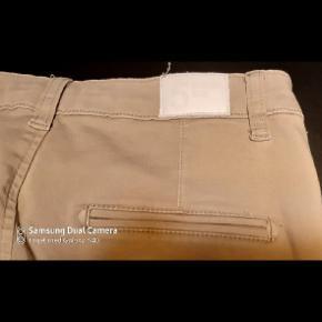 """Rigtig fede Fiveunits buks. Super bløde, og fantastisk pasform. Buksen er beige ( som billede 2 ) Str 27 - s/m vil jeg sige, og """"alm"""" bukselængde v 176 cm."""