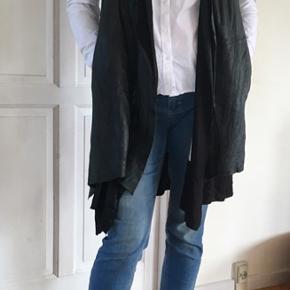 "Cardigan, vest eller tunika i lækkert blødt skind med ""flæse"" i 100% silke. Asymmetrisk for neden. Kan lukkes med sjov detalje. ""Skjulte"" lommer med lynlås."