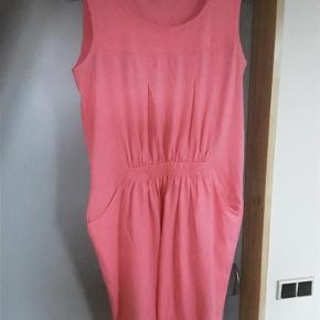 Sød kjole med lommer fra Vero Moda, str. Xl, 100% bomuld. Bryst ca. 108, længde 98 cm.  Kjole Farve: Pink