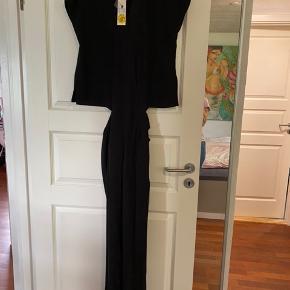Skøn buksedragt fra neo noir stadig med mærke.