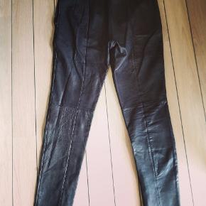 Lækre skind leggins med lynlås i benene.lukkes med lynlås i siden. Er super fine uden tegn til slid.