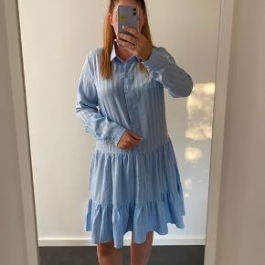 Fin blå kjole, brugt få gange.  Se også alle mine andre kjole annoncer 👗