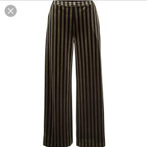 Lækre bukser i velour fra Moss. Rigtig behagelige at have på. Sælges da de desværre er for lange (jeg er 160 og de er præcis lige lidt for lange) brugt et par gange.