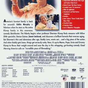 """4969 - Nutty Professor II -  The Klumps (DVD)   Dansk Tekst - I FOLIE   Nutty Professor II - The Klumps:  Det var heldigt, at de tilføjede """"The Klumps"""" til titlen og dermed gav Sherman Klump alias Eddie Murphy en god grund til at vende tilbage. For historien i kapitel 2 er knap så heldig som i originalen, og handlingen springer rundt i alt for mange ligegyldige subplots. Men så er der jo heldigvis familien Klump, der bliver eminent spillet af Eddie Murphy, Eddie Murphy, Eddie Murphy, Eddie Murphy og Eddie Murphy.      Scenerne med Shermans familie retter op på filmens manglende hjerte, og Eddie får endnu en gang bevist, at han er en gudsbenådet skuepiller. Den sjofle bedstemor, den overglade mor og den gnavne og brovtende far er alle karakterer, man simpelthen ikke kan få nok af - hvilket til gengæld ikke gælder for bedstemoderens bryster, men det er en anden snak. Janet Jackson sørger for Shermans kærlighedsliv denne gang, og det gør hun godt, mens Eddie som Shermans alterego Buddy Love ikke helt lever op til forventningerne pånær i de scener, hvor han finder sin indre hanhund frem. Alt i alt en fornøjelig gang underholdning, der har tilpas mange gode scener til at opveje de mindre vellykkede."""