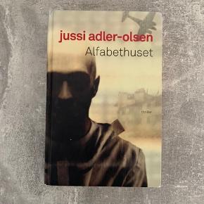 Alfabethuset af Jussi Adler-olsen. Super spændende og fangende krimi bog. Læst i nogle gange, men ellers i fin stand.