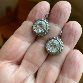 Fine sølvfarvede øreringe; kun brugt gå gange.   Diameter ca 1,3 cm