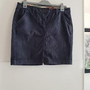 Super fin velour nederdel i mørkegrå/blå. Lille splids bagpå.