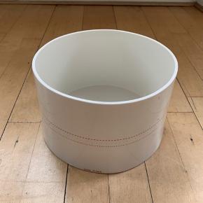 Stor smuk Anne Black skål fra Hay serien.  Måler 20 cm diameter og 13 højde.   Nypris 800,-  Sælges for 400,-  Kun ved personlig afhentning i Kbh
