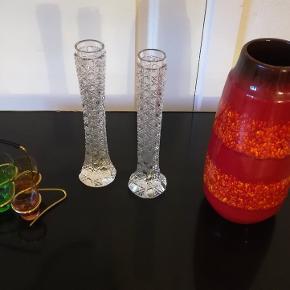 W. GERMANY VASE 100 kr. Højde Ca. 26 cm. Diameter Ca. 12 cm. 2 krystal vaser højde Ca. 24 cm. Diameter Ca. 4 cm. 2 Stk. 200 kr. 6 farvede glas i messing holder fra 1960/70er. 150 kr. Kan afhentes i Århus N. /Trøjborg