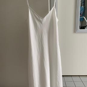Natkjole med dyb ryg i medium med justerbare stropper.  Været på 2 gange og den ser rigtig fin ud.  Køber betaler fragt