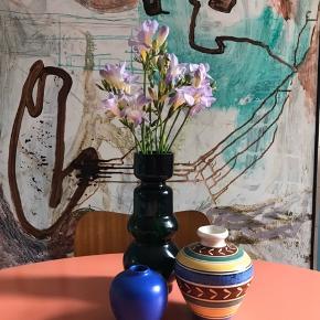 Sælger de to mindste vaser Den blå koster 50kr Den med striber 125kr