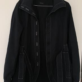 Kort frakke fra Samsøe & Samsøe. Sælges da jeg ikke bruger den. Fine detaljer, knapper og bånd til at binde om maven, silkestof i ærmerne, generelt en rigtig lækker jakke i god stand og god kvalitet. Byd gerne:)