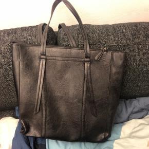 Som set på billede 3 er håndtagene faldet noget af, men tasken kan stadig sagtens bruges