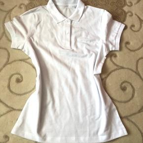 Weisses Poloshirt in Grösse M angeschrieben Passt einer 36/38