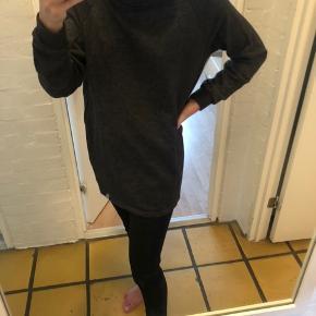 Oversize sweatshirt med turtelneck fraOnly Play, kan muligvis bruges som sweatshirtkjole, Størrelse M, passer ned til xs/s alt efter hvordan man ønsker den skal sidde synes jeg.  Den er brugt en gang.