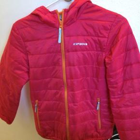 Sælger denne her jakke, da min datter aldrig har villet gået med den, da hun ikke kunne lide farven.Np: 260kr ca.
