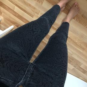 Grå jeans med mønster og guld detaljer som feks lynlås nederst ved benene. Jeg er 165cm høj, så kan du fornemme lidt hvor lange de er ☺️