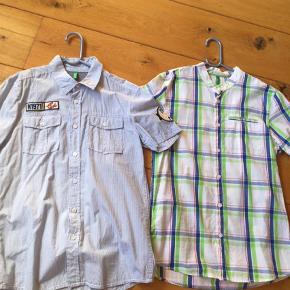 Varetype: Skjorte Farve: Blå  Kun brugt 1-2 gange, så flotte som nye. Sælges for 75+ for begge to, sender med DAO