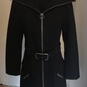 Flot kort frakke i fin stand. Størrelsen er lille, S/M
