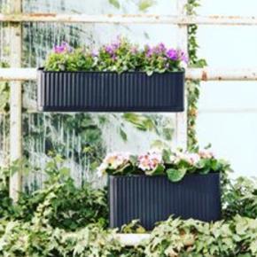 Fin altankasse fra Søstrene Grene. Ubrugt.  OBS!! Det er den UDEN hanke. Altså den nederste på billedet. Til at stå på altanen/terrassen. Nypris 118kr.