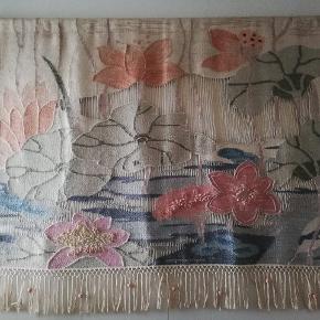 Utroligt spændende håndvævet vægtæppe. Afrikansk kunsthåndværk i flotte farver med spændende detaljer. B 178 cm x H 140 cm
