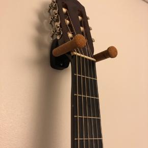Guitar til teen inkl. ophæng. Brugt max. 5 gange. Købt i rigtig guitar butik til vistnok ca 500 kr. Ophæng kostede lidt over 100 kr. er ikke til voksne men mellem størrelse :)
