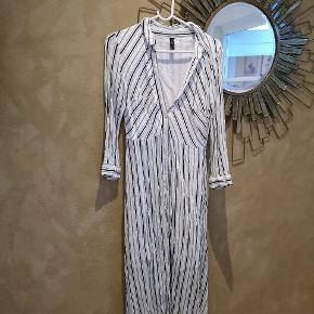 Skøn hvid skjortekjolemed sorte og gråstriber fra YAS. Brugt 2 gange. Uden fejl om mangler. Np 600