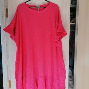 Sød oversize t'shirt kjole med fine ærmer og bund. Fra ikke ryger hjem.